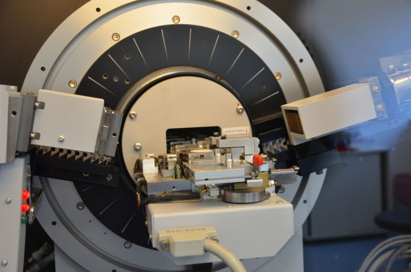 The picture shows an X-ray diffractometer in an X-ray corelab