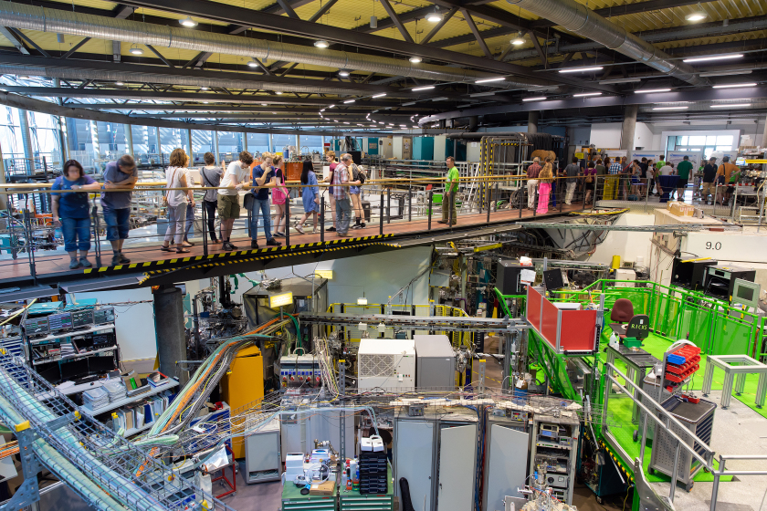The picture shows visitors at the Long Night of Sciences 2018 at HZB Adlershof