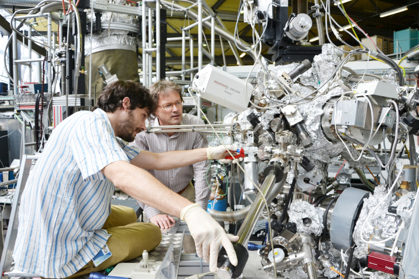Quantum materials: The picture shows two researchers at BESSY II - enlarged view