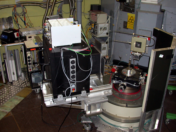 E4 with a Vanadium standard sample on the Irrelec table. On the left is the 2D detector with electronics.
