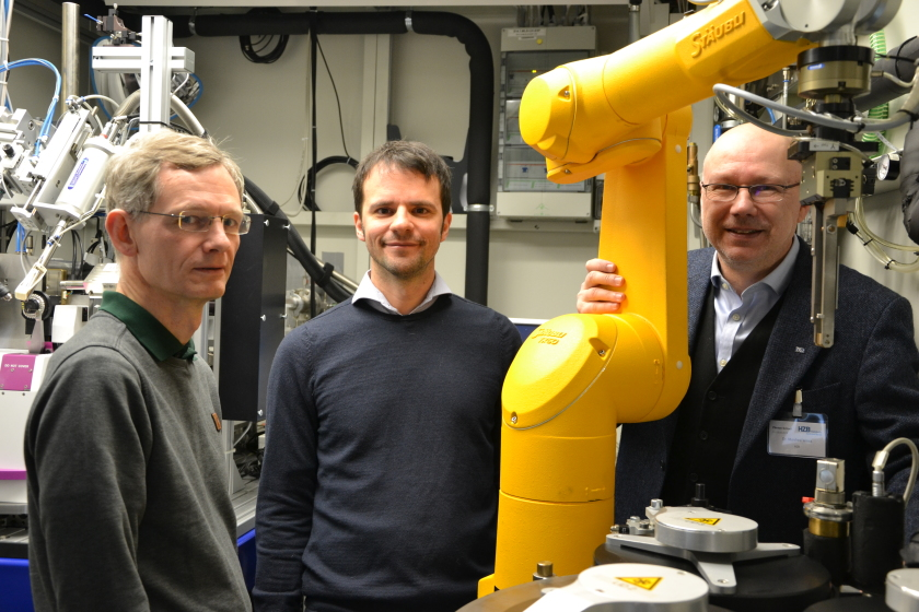 At the MX-Beamlines at BESSY II, Gottfried Palm, Gert Weber and Manfred Weiss could solve the 3D structure of MHETase.