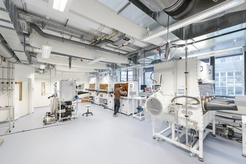 At HZB, science teams explore solar cells of the next generation. The picture shows the Helmholtz Innovation lab HySPRINT at HZB.