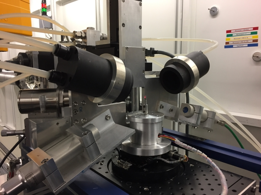 The rotary sample table turns around its axis at several hundred revolutions per second with extreme precision.