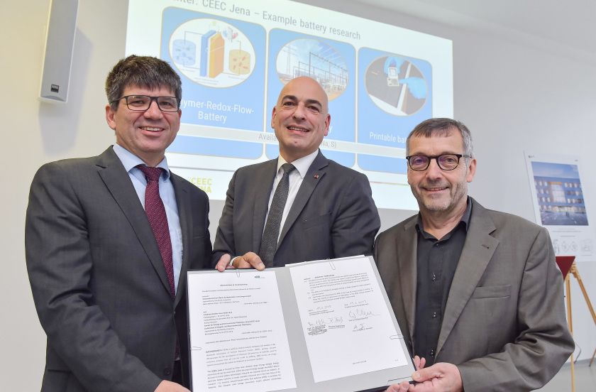 From left to right: Prof. Bernd Rech of HZB, Prof. Ulrich S. Schubert of CEEC Jena, and the President of Jena University, Prof. Walter Rosenthal, seal the cooperation.