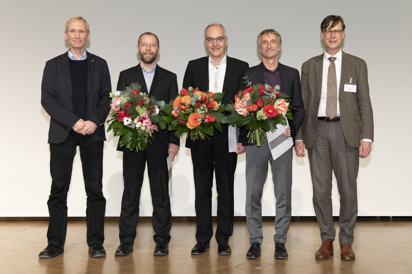 The prize for innovations in synchrotron research went to PSI researchers Dr. Aldo Mozzanica (2nd from left), Dr. Bernd Schmitt (3rd from left) and Prof. Dr. Heinz Graafsma (4th from left, DESY). It was presented by Prof. Dr. Mathias Richter (5.f.l.) from the circle of friends of the HZB. The laudatio was held by Prof. Dr. Edgar Weckert, DESY (1st from left) © M. Setzpfand/HZB