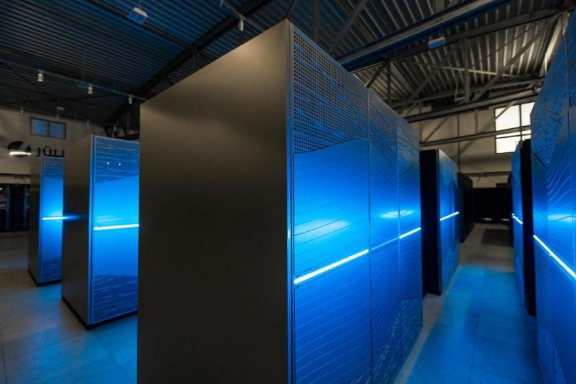 Intelligent mathematical tools for the simulation of spin systems reduce the computing time required on supercomputers. Some of the fastest supercomputers in the world are currently located at Forschungszentrum Jülich (shown here is JUWELS).