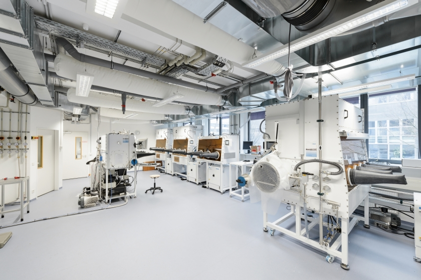 HZB runs state-of-the-art laboratories (here HySPRINT) to advance research on perovskite solar cells.