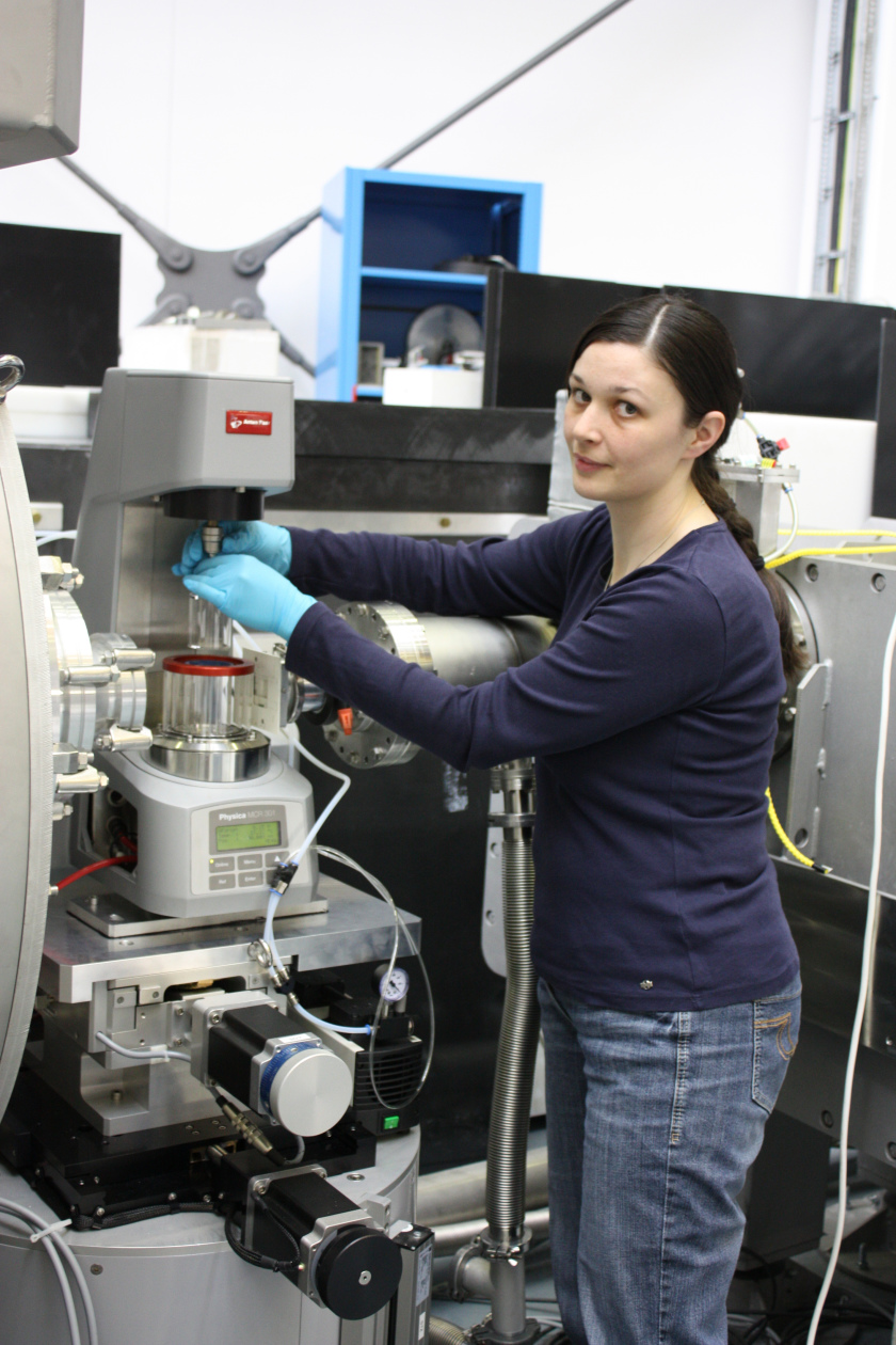 Chemist Dr. Miriam Siebenbürger has contributed to develop a new method to distinguish between glassy and fluid states. Photo. HZB