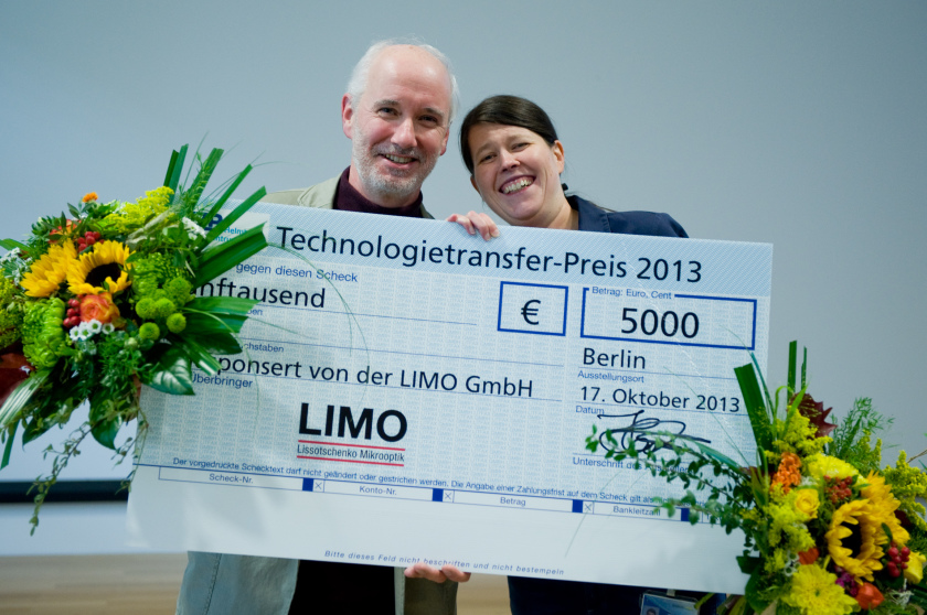 Dr. Manuela Klaus and Prof. Dr. Christoph Genzel won the Technolgy-Transfer-Prize for developing a new cutting tool.