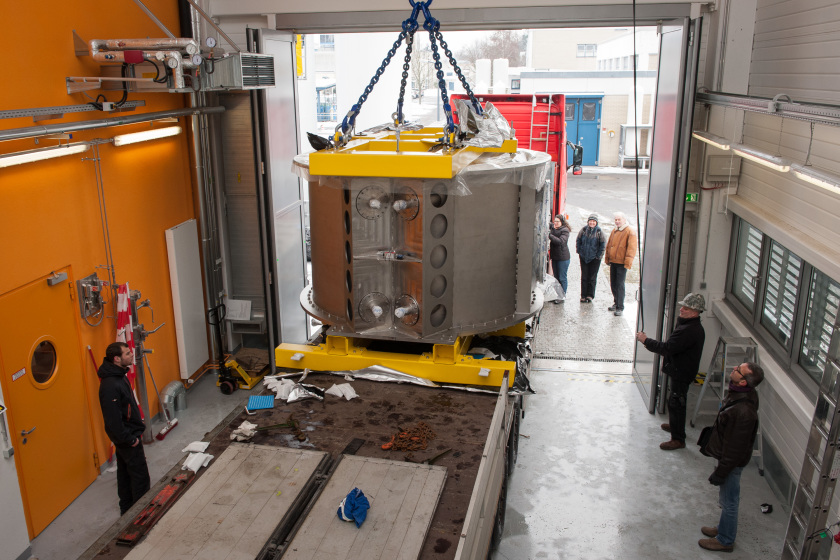 <span><span>Unloading the valuable freight: a heavy-equipment crane lifted the roughly 20-tonne High-Field Magnet from the lorry into the assembly hall. Photo: HZB/Phil Dera</span></span>