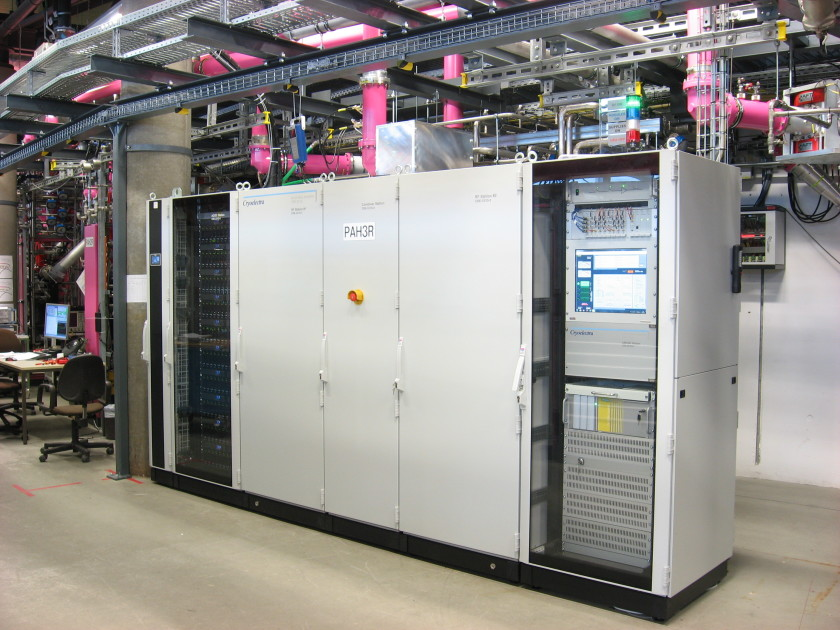 One of the new solid state transmitters: the power supplies are located in the left rack (black), the RF section is located behind the grey doors in the middle and in the right rack the control units can be seen.