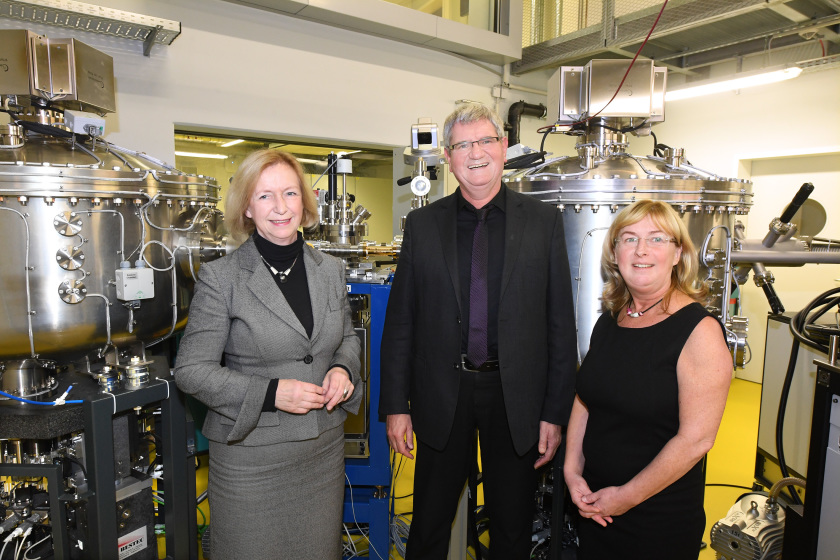 Federal Minister of Research Prof. Johanna Wanka with project managers Prof. Robert Schlögl (MPG) and Prof. Simone Raoux (HZB). Photo: HZB/D. Ausserhofer