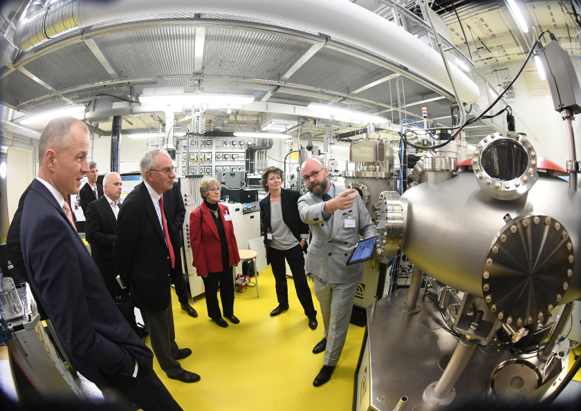Guests visited the laboratory rooms of EMIL after the inauguration. Photo: HZB/D. Ausserhofer