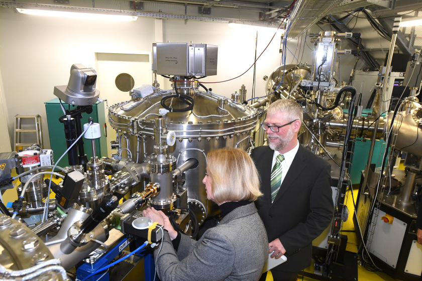 Federal Minister of Research, Prof. Johanna Wanka, tightened the last of the bolts. The connection between BESSY II and the laboratory complex EMIL is thus complete. Photo: HZB/D. Ausserhofer