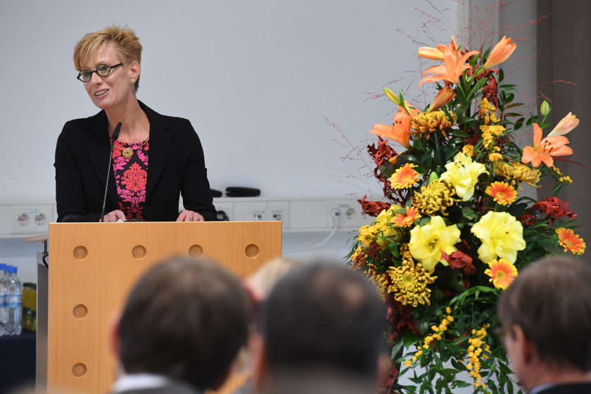 At the inauguration, the scientific director of Helmholtz-Zentrum Berlin, Prof. Dr. Anke Kaysser-Pyzalla, stressed how the new EMIL laboratory excellently combines research into energy materials with the methods offered by the synchrotron source BESSY II. Photo: HZB/D. Ausserhofer