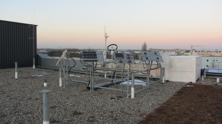 The energy yields of CIGS modules under real world conditions can be measured on a outdoor testing platform at PVcomB.
