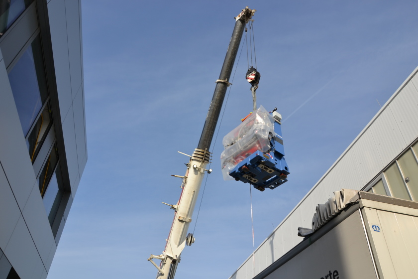 A heavy-duty crane lifted the undulator from the testing hall onto a truck, which transported it to the truck sluice of the experimental hall.