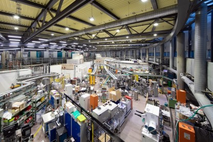 View into the experimental hall of the electron accelerator BESSY II at Helmholtz-Zentrum Berlin. Researchers carry out experiments at approximately 50 beamlines. The aim of the cooperation between the University of Kassel and the HZB is to use artificial intelligence to evaluate these data more efficiently.