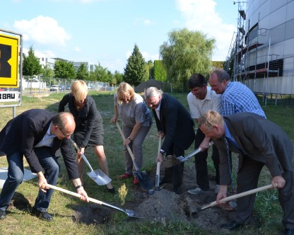 Burial of the time capsule was part of the groundbreaking ceremony. Seen here are Klaus Lips, Anke Kaysser-Pyzalla, Birgit Schröder-Smeibidl, Markus Hammes, Bernd Rech, Axel Knop-Gericke (CAT project leader of the MPG's Fritz Haber Institute) and Thomas Frederking. Photo: Andreas Kubatzki/HZB