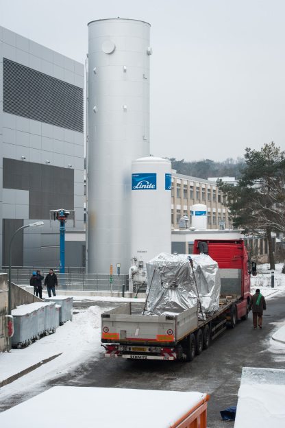 Despite the onset of winter, the High-Field Magnet arrived in Berlin without difficulty. The magnet will be connected to the cooling facility, power supply, and the neutron guide over the next months. Photo: HZB/Phil Dera