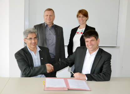 Photo (from left to right): Dr. Javier Santisteban, scientific director of LAHN, Thomas Frederking, administrative director of HZB, Karina Pierpauli, CEO of LAHN, and Prof. Dr. Bernd Rech, scientific director of HZB. They came together to sign the agreement in Berlin.photo: Silvia Zerbe