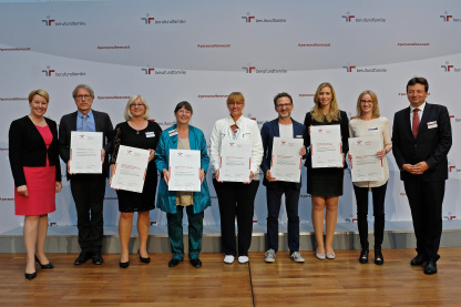 Certificate ceremony in Berlin: Family Minister Dr. Franziska Giffey and the managing directors of the non-profit Hertie Foundation and berufundfamilie Service GmbH presented the award.