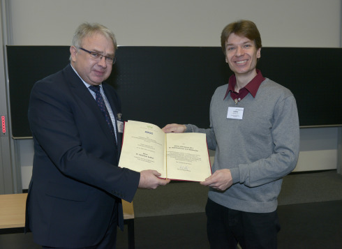 <p>Prof. Dr. Roland Winter and award winner Dr. Sebastian Seiffert. Photo: GDCh.</p>