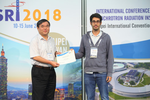 <p>Raül Garcia Diez is awarded the poster prize. Photo: SRI 2018</p>
