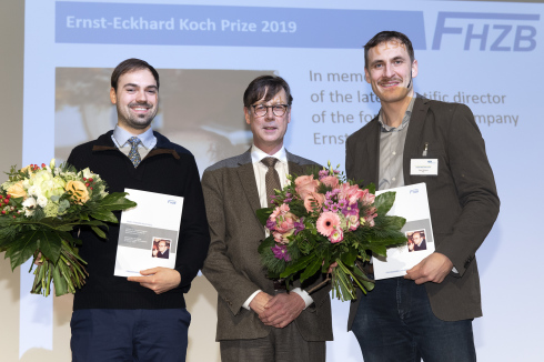 <p>Dr. Simon Krause (University of Groningen, 1st from left) and Dr. Felix Willems (TU Berlin and Max Born Institute, 3rd from left) received the Ernst Eckhard Koch Prize for their outstanding dissertations. &copy; M. Setzpfand/HZB</p>