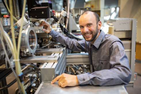 <p>Dr. Tristat Petit receives the ERC Starting Grant from the European Research Council for his research on a new class of materials for the storage of electrical energy, the so-called MXenes.</p>