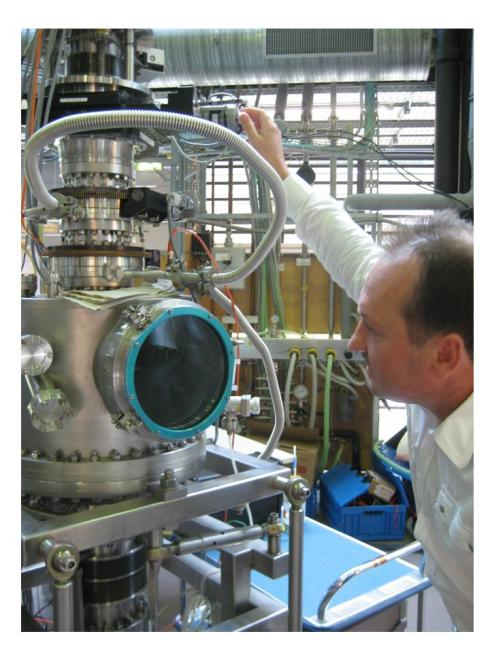 HZB staff scientist Florin Radu checks the BaTiO3 sample<br />alignment in the ALICE diffractometer.