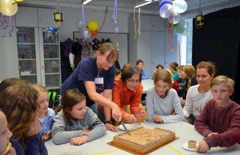 <p><strong>Happy Birthday, School Lab!</strong> Ulrike Witte and Gabriele Lampert (both HZB staff) cut the birthday cake for the guests and employees.</p>