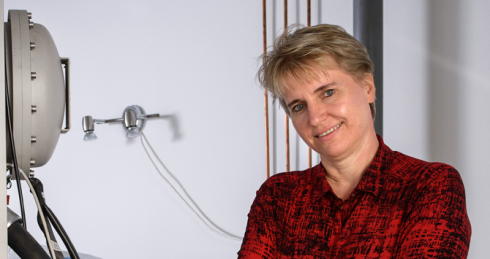 "<p>Prof. Liane Benning im <a href=""http://www.helmholtz.de/erde_und_umwelt/ein-workaholic-mit-gespuer-fuer-schnee-4886/"" class=""Extern""> Portrait</a></p> <p>Photo credit: Phil Dera / helmholtz</p>"