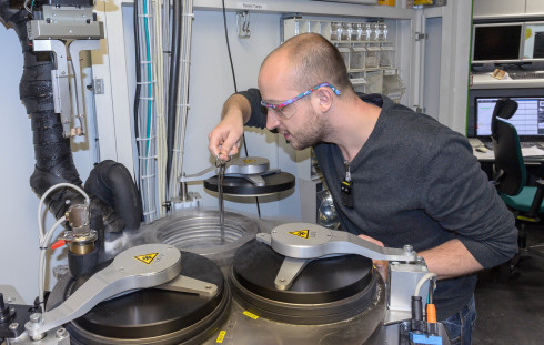 <p>The teams of Freie Universität Berlin and Helmholtz Zentrum Berlin are engaged in the of training young scientists. The participants produce samples and examine at the MX beamlines of BESSY II.</p>